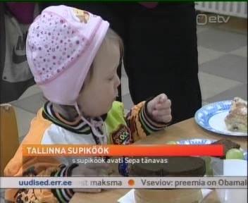 Tallinn avas Sepa baaris supiköögi, kus käivad ka lapsed. Kui vanematel pole tööd (Eestis on 75 tuhat registreeritud töötud, koos abiraha saamise õiguse kaotanutega isegi 100 tuhat töötut), siis ei saa nad oma lastele ka süüa osta. Supiköök saab siis taoliste perede ühiseks söögilauas istumise kohaks. Kaader ETV uudisest 9. oktober 2009
